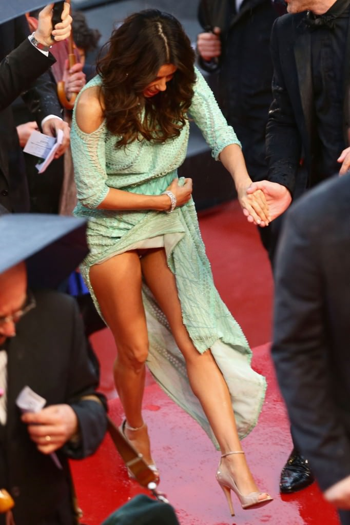 Eva-Longoria-Upskirt-at-Jimmy-P-Premiere-at-Cannes-7