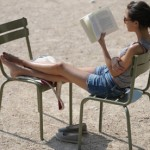 women-reads-in-a-paris--006